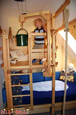 The Pitched Roof Bed makes perfect use of the space available underneath a pitched roof. With the Play Crane it is easy to move your little adventurer's most valuable items up to the Playing Tower.