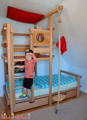 Ahoi! No stretch of water is protected from these exploring pirates. With porthole boards, flag and sail the Pitched Roof Bed has been transformed into a real pirate bed.