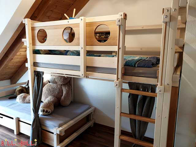 A nice contrast: This bunk bed-side-offset is made of white glazed pine; the portholes and bed boxes are made of oiled-waxed beech. The Schiffer family writes: We are really very happy. And we will also get such a bed for the guest room. :-)