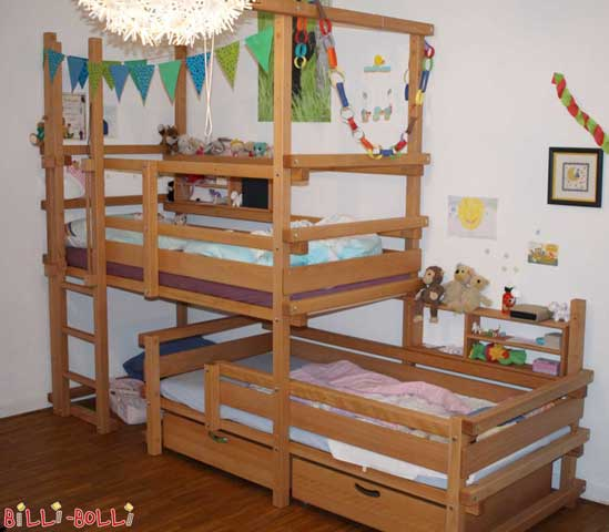 The top bunk of this Bunk Bed Laterally Staggered has initially been assembled at assembly height 4. Hello, I am sending you a photo of our completely assembled Bunk Bed Laterally Staggered again. We are very pleased with the bed and the kids play happily and sleep well in it. Warm greetings Warich Family