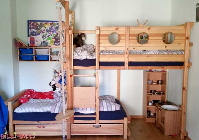 The Bunk Bed Laterally Staggered is made of untreated pine. It fits perfectly into the corner (total length is 356.3 cm and with a mattress length of 200 cm; if you opt for a 190 cm mattress instead, the total length of the bed will decrease by 20 cm.