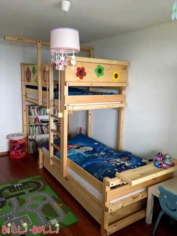 This is the flower bed variant of the Bunk Bed Laterally Staggered, made of untreated pine. With the additional protection boards around the lower sleeping level, it is safe even for toddlers. The bedside table of the head area is an ideal spot for all favourite toys.