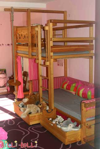 Upon request the ladder was positioned in front of the lower sleeping level of this Bunk Bed Laterally Staggered. The ladder doesn't reach the floor but starts at the height of the sleeping level instead. This makes it easy to use the bed drawers.