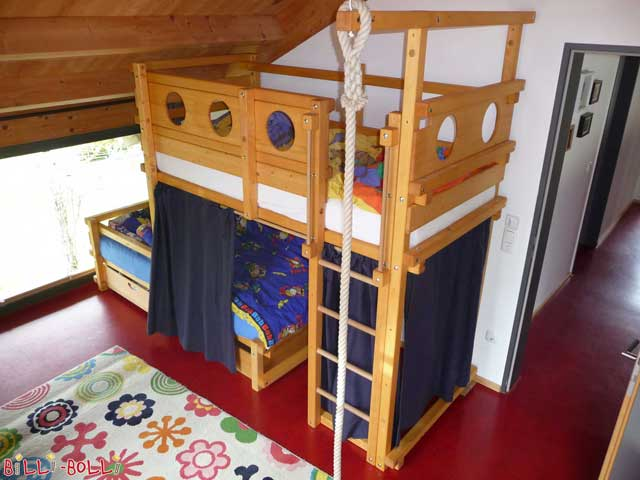 The swing beam, by default positioned in the centre, has been moved to the corner of this Bunk Bed Laterally Staggered.