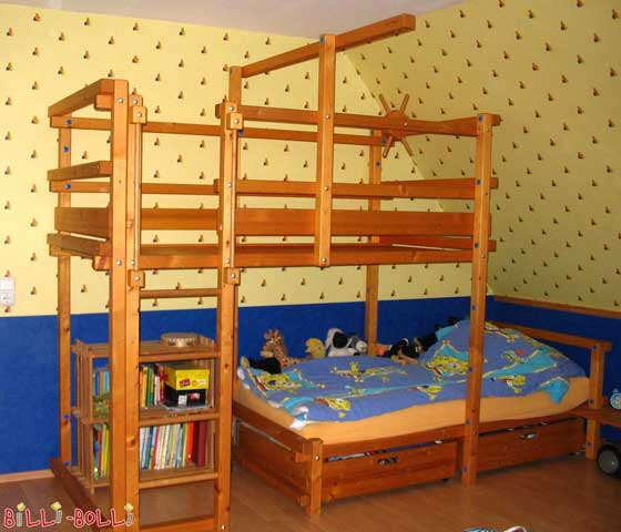 Another great option for pitched roof areas is the Bunk Bed Laterally Staggered. Here the knee wall is at 80 cm (the legs underneath the lower sleeping level are 66 cm high).