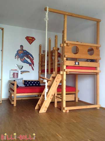 The ideal platform for superheroes, only the roof is the limit: the depicted Corner Bunk Bed has been equipped with extra tall legs (228.5 cm). This way the top level can be mounted at assembly height 7 (with basic fall guard).