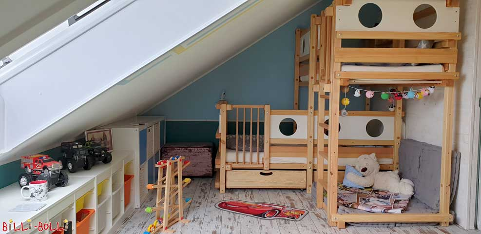 The bunk bed-over-corner fills perfectly the space under the roof. At the customer's request, the lower level was also equipped with white painted portholes boards and a grid. Our customer Mrs. Bartlog writes: 2 safety boards still and everything is finished 👌 Super quality, super service and advice. Thank you all! The boys slept through for the first time (!) in their lives. And both have been damn bad sleepers since birth 🤫 Dear Greeting Anne Bartlog