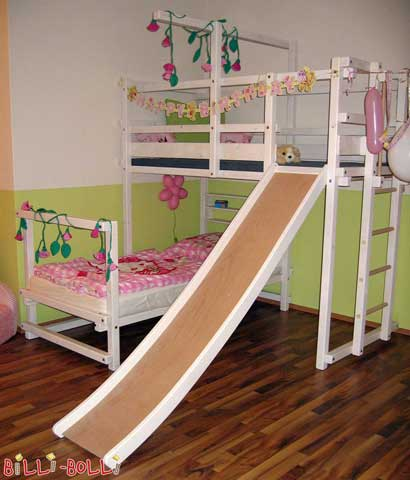 A Corner Bunk Bed for small sleeping beauties. The ladder has been attached to the short side, ensuring enough space for the slide on the long side. The legs of the lower sleeping level are higher so that Baby Gates can be attached.
