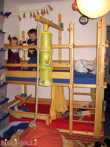 Bunk Bed H4, version for smaller children: Upper level at height 4, lower level assembled at height 1. The lower mattress, on a slatted bed base, has around 6 cm distance to the ground. Additional safety boards plus a rollout protection are attached to the lower level.