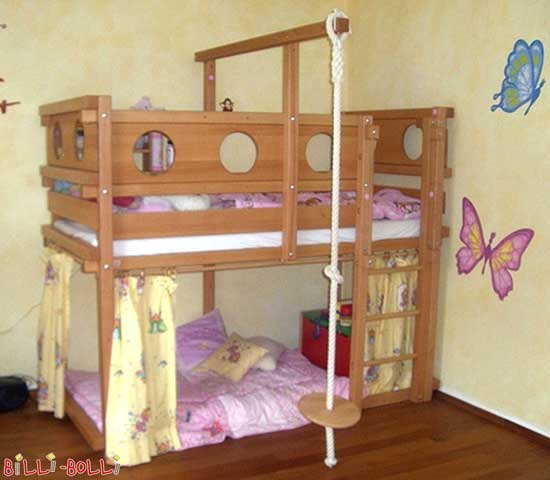 The low loft bed: Height of the legs is only 164 cm, the middle beam is 196 cm tall.