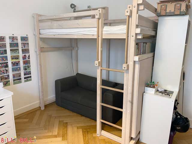 The youth bunk bed, here in white glazed and at the top with small bed shelf, at the bottom equipped with large bed shelf incl. back wall.