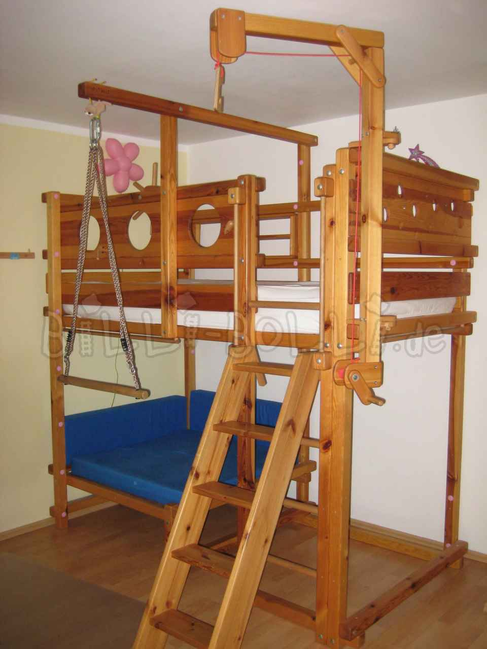 Cuddly corner bed in pine (second hand kids' furniture)