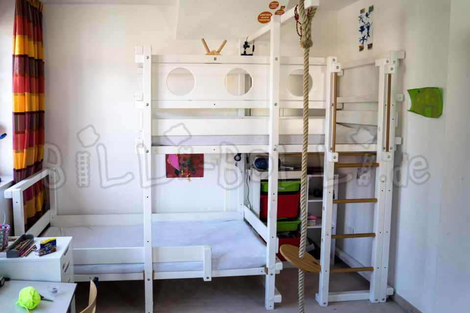 Side-offset bed in white (second hand kids' furniture)